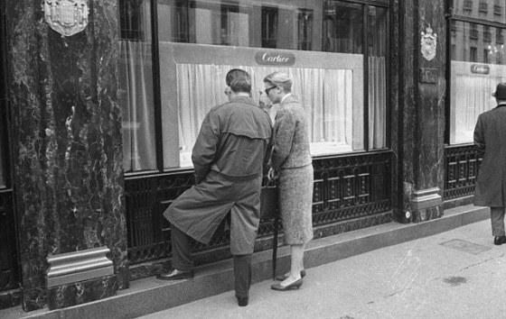 Grace et Rainier de Monaco devant la boutique Cartier, rue de La Paix. Paris (IIème arr.).